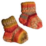 Gestrickte Babysocken in hellen, fröhlichen Farben