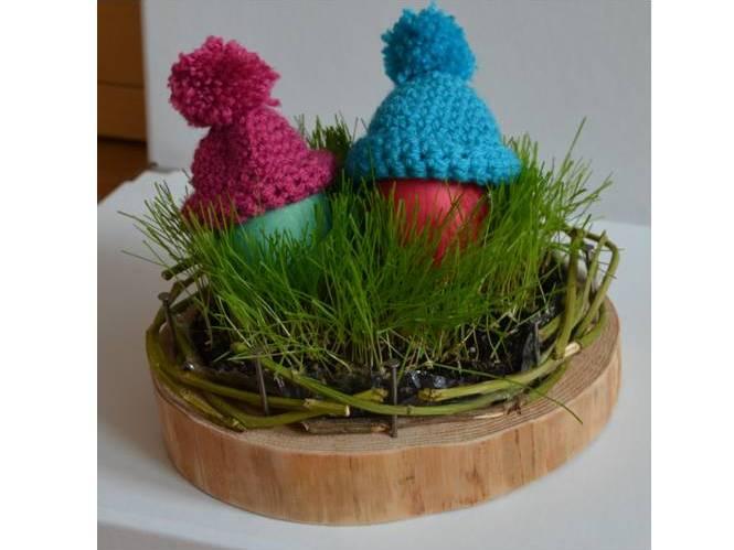 Osternest mit echtem Ostergras auf Holz