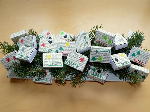 Adventskalender - DIY aus Streichholzschachteln und Tannengrün