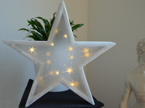 Stern mit 3D-Effektfolie, beleuchtet bei Tag
