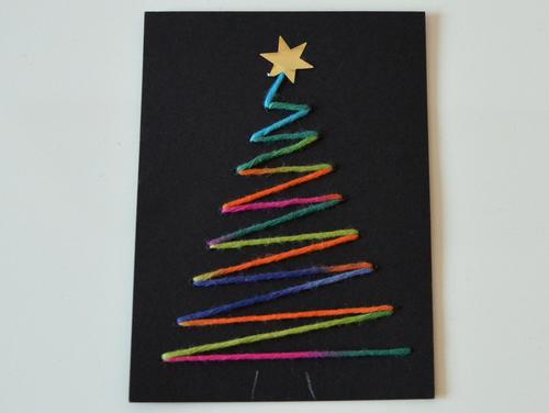Weihnachtskarte mit Baum aus neonfarbener Wolle