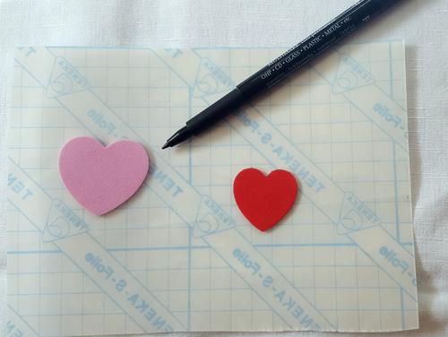 Übertrage mit dem wasserfesten Stift die Formm deiner Wahl auf die Klebefolie.
